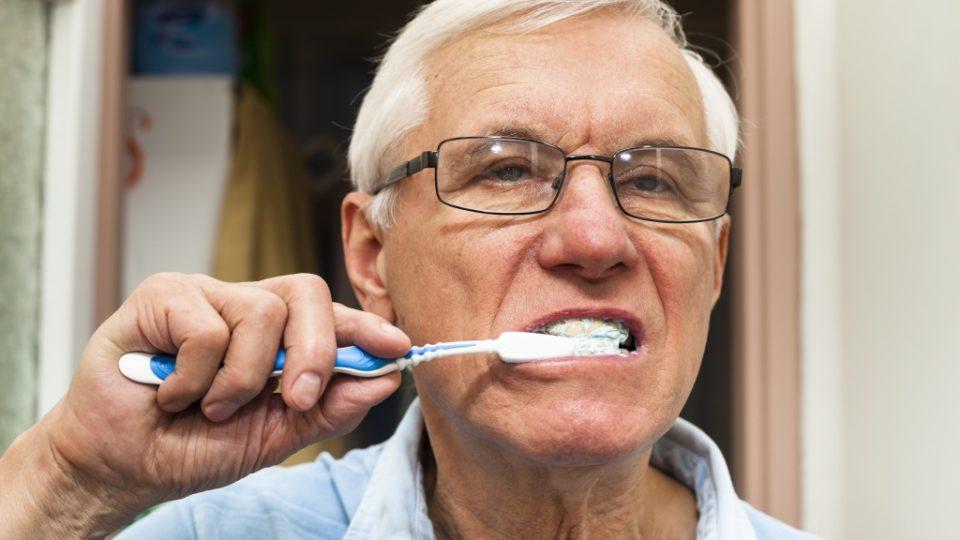 Какие зубные протезы выбрать для пожилого человека