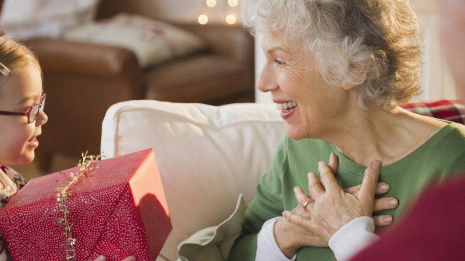 Что подарить на Новый год пожилому человеку
