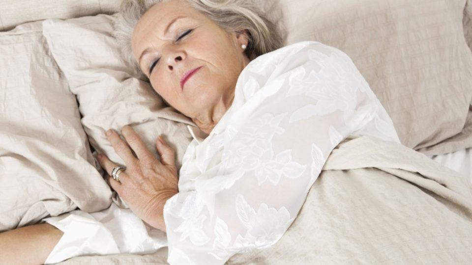 Как выбрать матрас для сна пожилому человеку