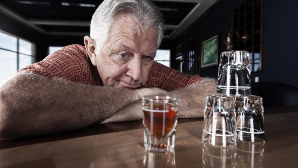 Чем опасен алкоголь для пожилого человека