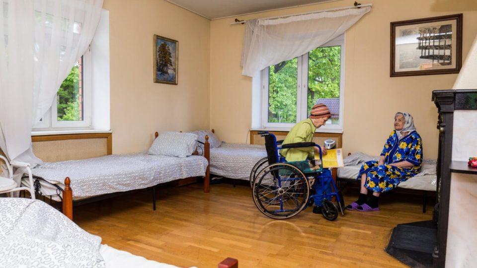 Как правильно обустроить спальную комнату для пожилого человека?