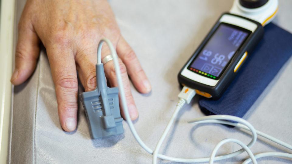 Как правильно выбрать пульсоксиметр для пожилого человека