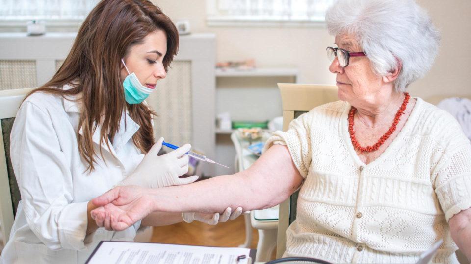 Почему пожилые люди легко переносят вакцинацию, чем молодые