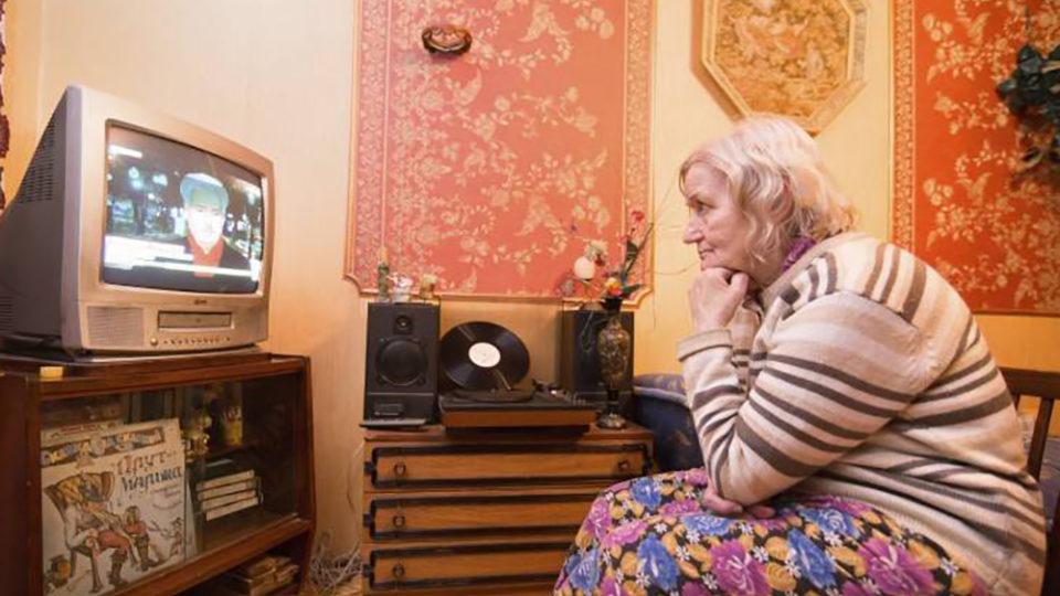 Почему пожилым людям нельзя верить телевизору